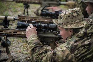 82º francotiradores aerotransportados prueban el nuevo sistema de fusil de francotirador compacto del ejército