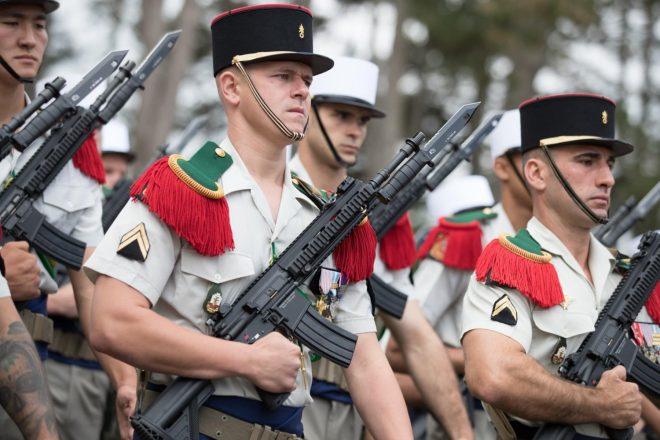 Legión extranjera francesa con Heckler & Koch HK416F y bayonetas