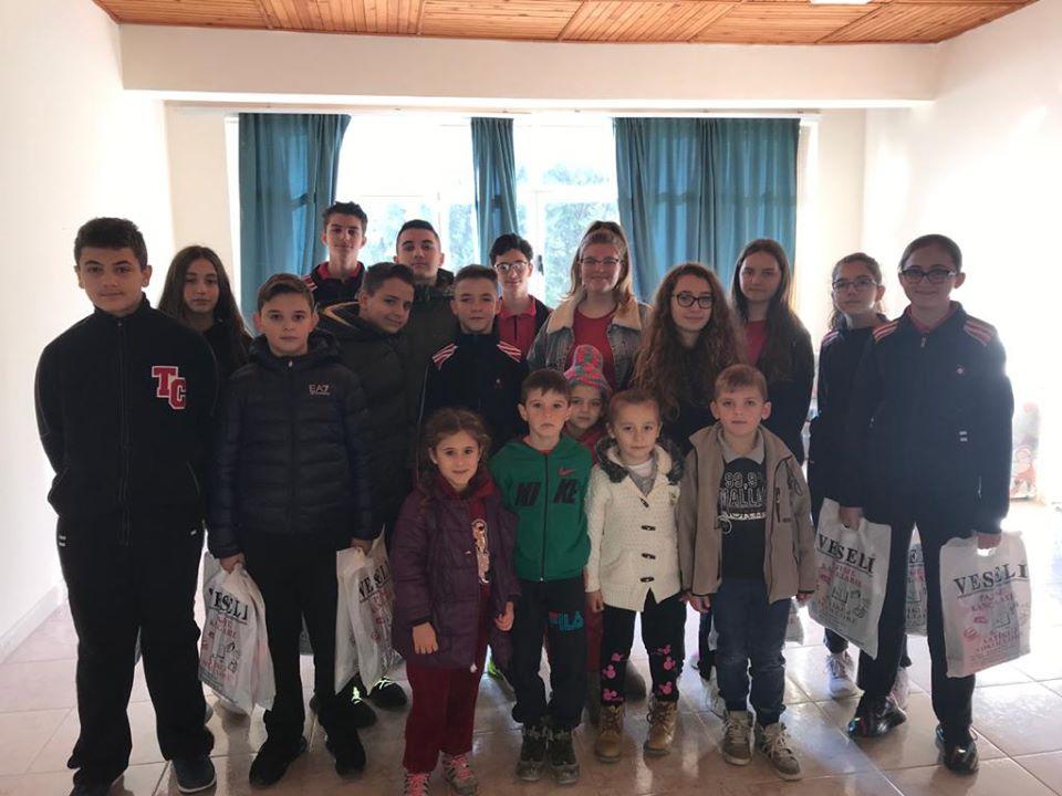 """Anëtarët e Klubit Shpresa të kolegjit """"Turgut Özal"""" dhurojnë mjete mësimore për 100 nxënës të shkollës në Pezë të Madhe dhe shkollës vartëse të Pajanës"""