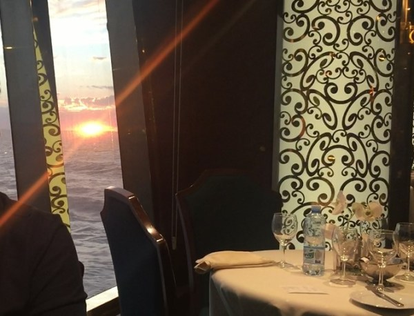 Pôr do sol visto do restaurante Villa Verde, no MSC Splendida. (Foto: Alessandra Maróstica)