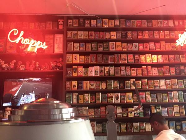 Prateleira de azeites no Elidio Bar (Foto: Alessandra Maróstica)