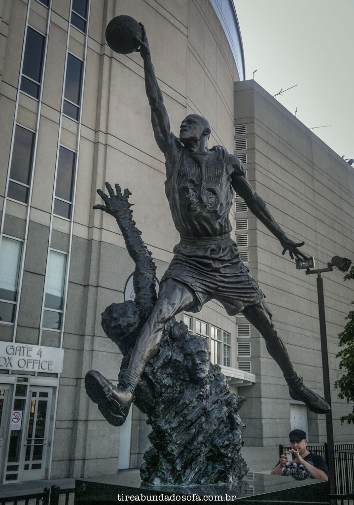 estátua do michael jordan, no united center em chicago