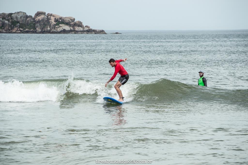 aprender a surfar em florianópolis, santa catarina, na praia do campeche