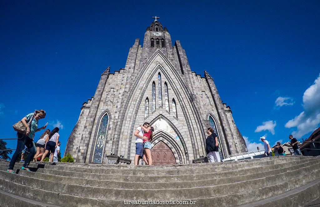 Casal se beijando em frente a Catedral de Pedra, em Canela no Rio Grande do Sul