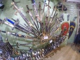 Espadas em tamanho real, para vender em Toledo, Espanha