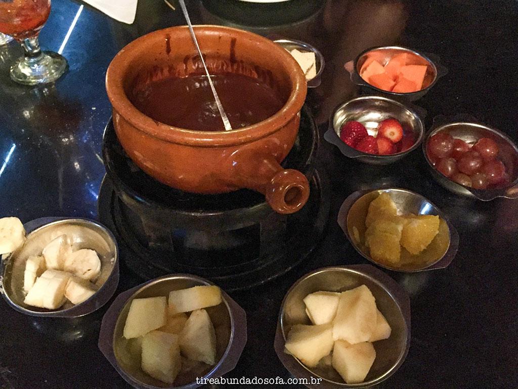 Fondue de chocolate com frutas no Carlito's Restaurante