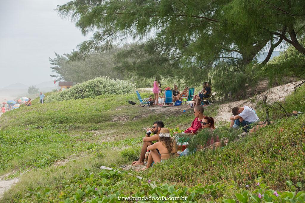 grupo de amigos na praia do moçambique