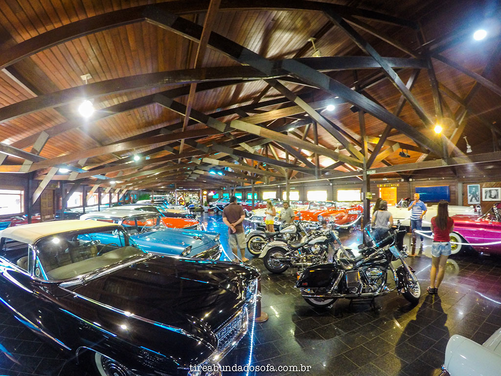 Carros antigos clássicos americanos expostos em Gramado