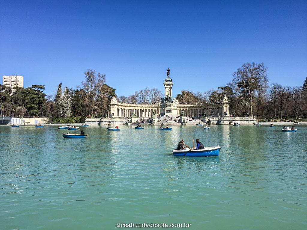 O Grande Lago, com o Monumento ao fundo, dentro do Parque de El Retiro, em Madrid, Espanha