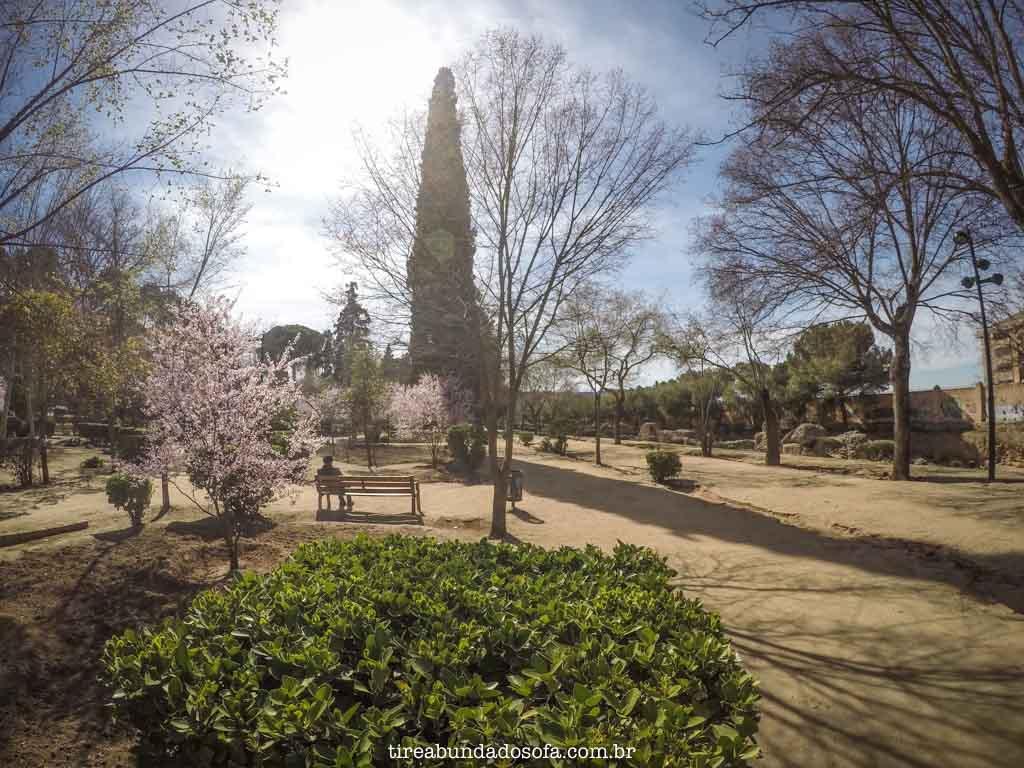 parque fora do centro histórico de toledo, na espanha