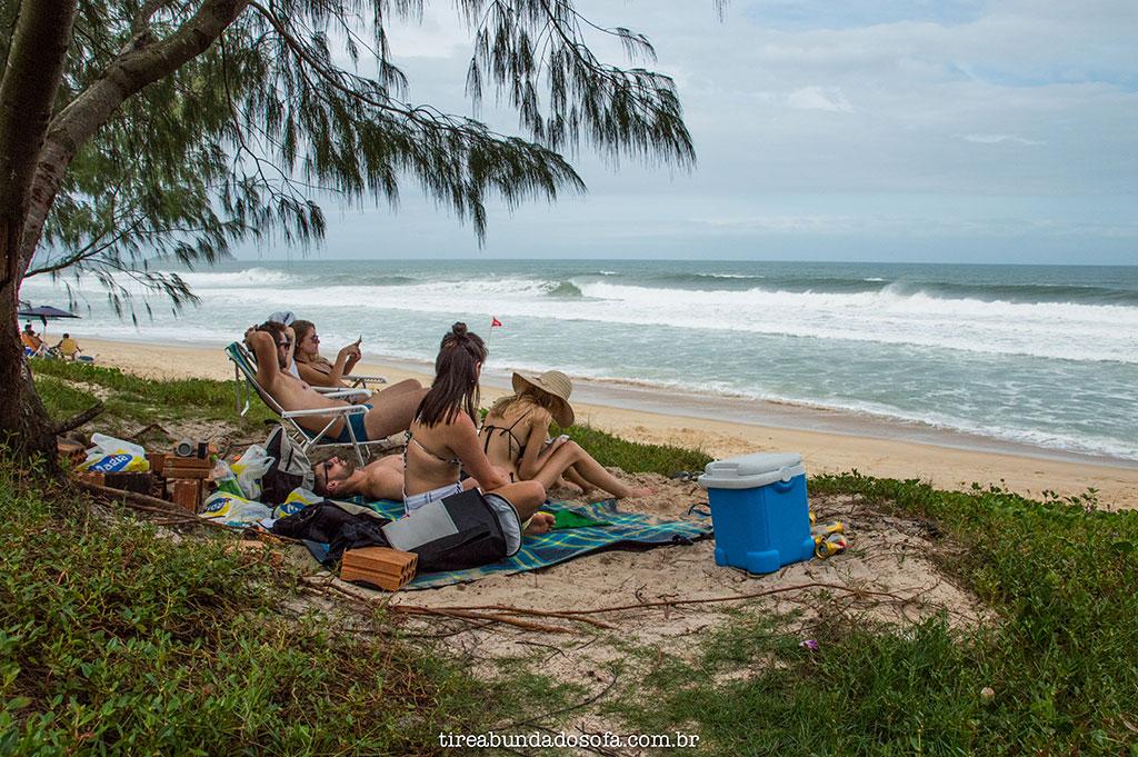 grupo de amigos fazendo pique nique na praia do moçambique