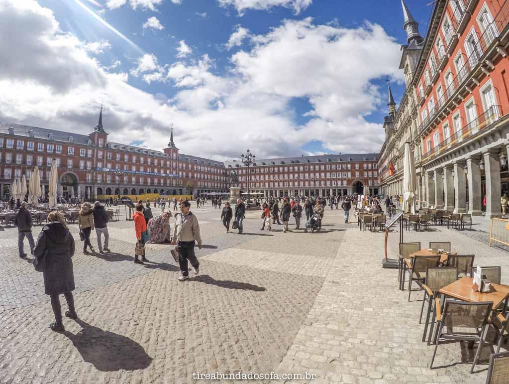 Plaza Mayor, rodeada por bares e restaurantes, em Madrid, Espanha