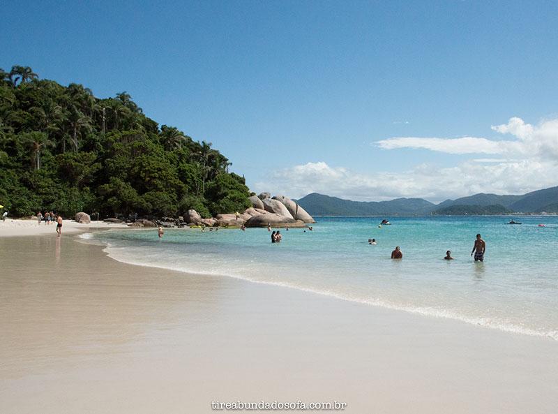 Praia da Ilha do Campeche, com águas azuis cristalinas