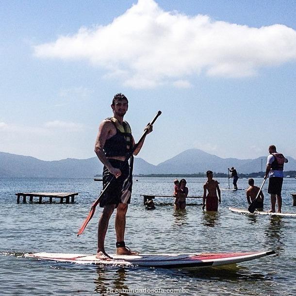 Beneth fazendo stand up paddle na lagoa da conceição, em Florianópolis