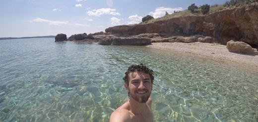 Tomando banho de mar em uma praia de Hvar, na Croácia