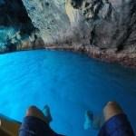 caverna com águas azuis cristalinas no sul da itália, praia a mare
