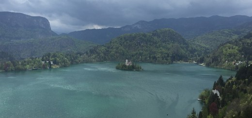 visto do alto do castelo de Bled, com vista para o lago e a ilha de Bled, Eslovênia