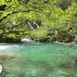 lagos de águas azuis e verdes no parque nacional Plitvice Lakes, na Croácia