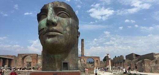 estátua de rosto gigante em pompeia, itália