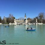 lago com barcos no parque del retiro, em madri, espanha