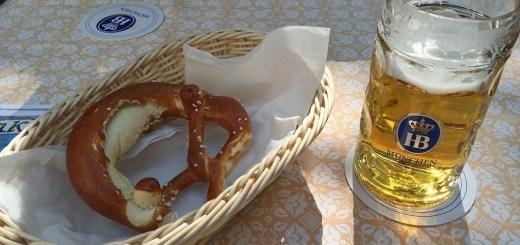 caneco de chopp e pretzel na cervejaria HB, em Munique, alemanha