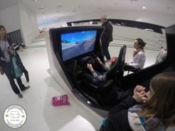 fliperama com jogo de corrida no museu da porsche em stuttgart