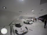 carros expostos no museu da porsche em stuttgart