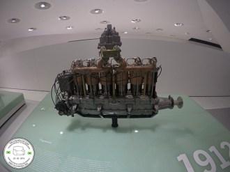motor porsche antigo exposto no museu da porsche em stuttgart, alemanha