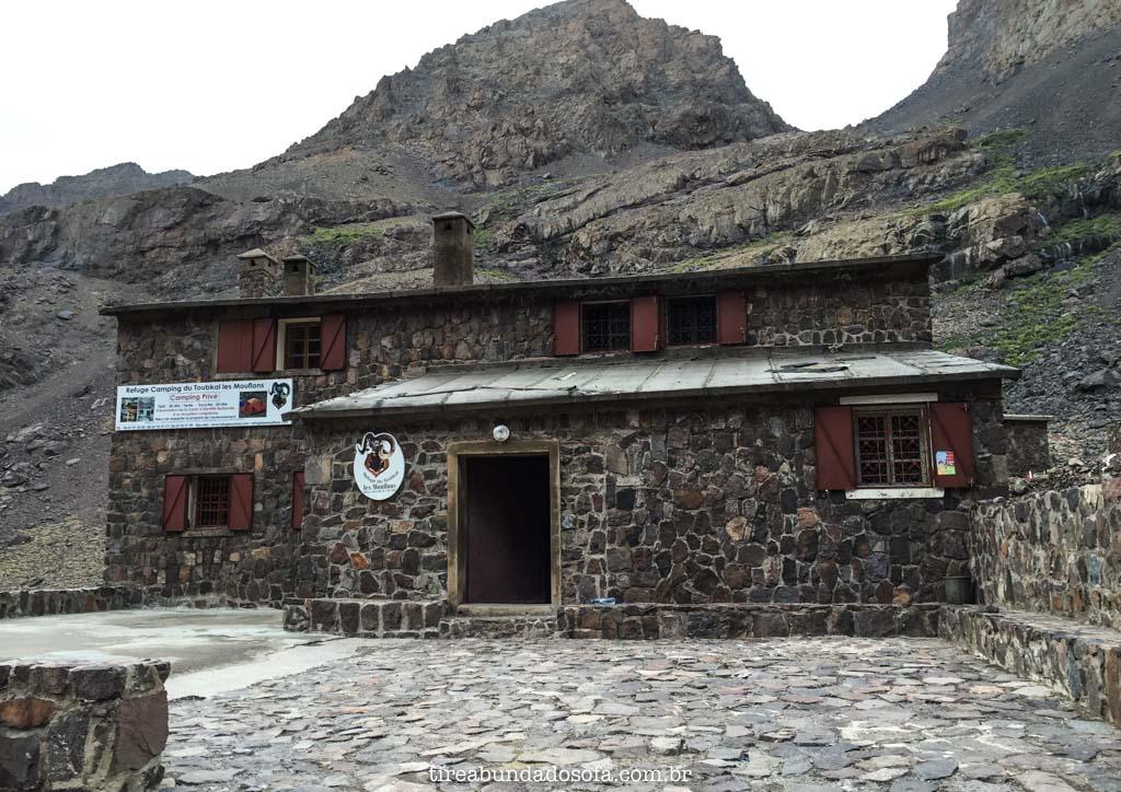 Refuge du Toubkal, nas cordilheiras do atlas, refúgio em toubkal