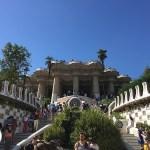 escadas do park guell, em barcelona, espanha