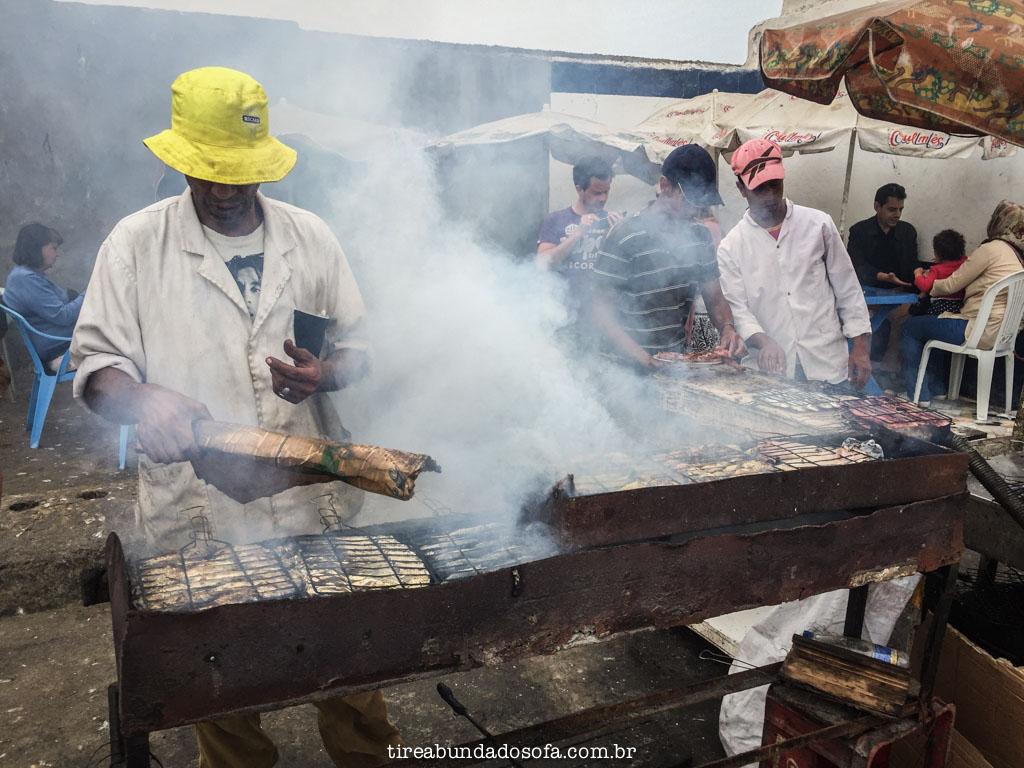 pescador vendendo peixe assado em essaouira, marrocos