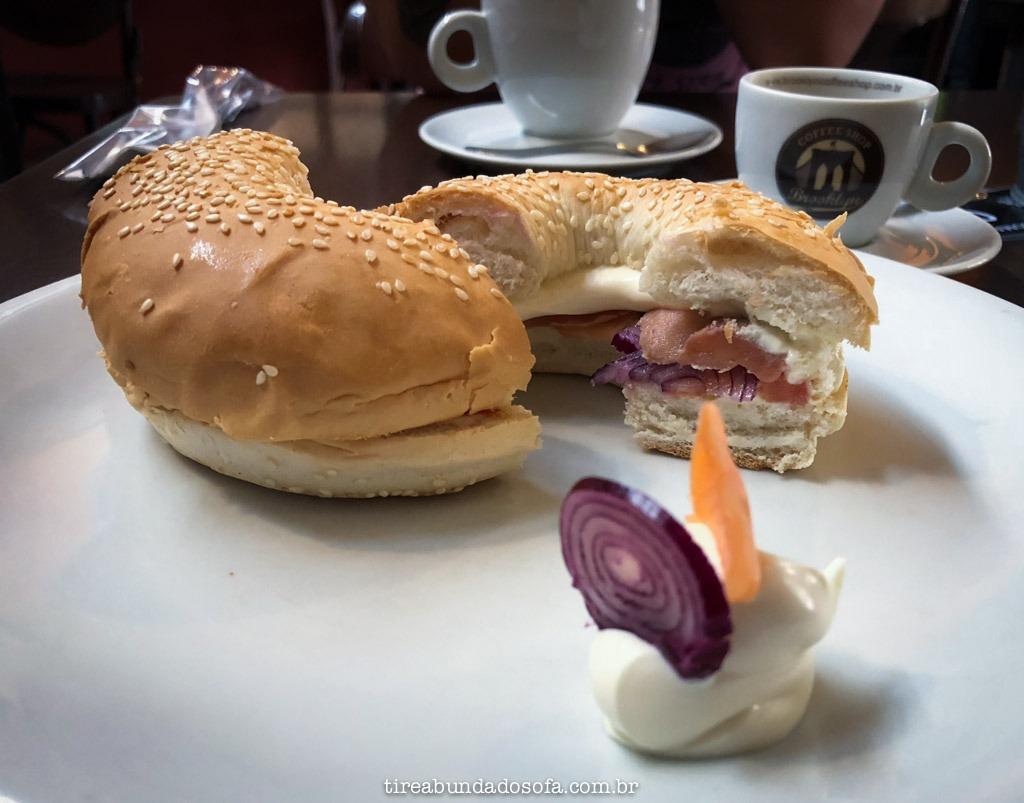 bagel de lox no brooklyn café em Curitiba