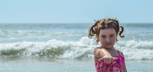 praia de itapoá, menina na praia, praia de santa catarina