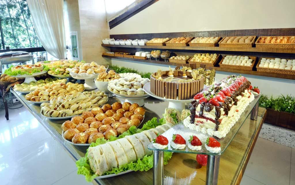 Café da manhã excepcional, na Pousada Bora Bora, em Bombinhas, Santa Catarina