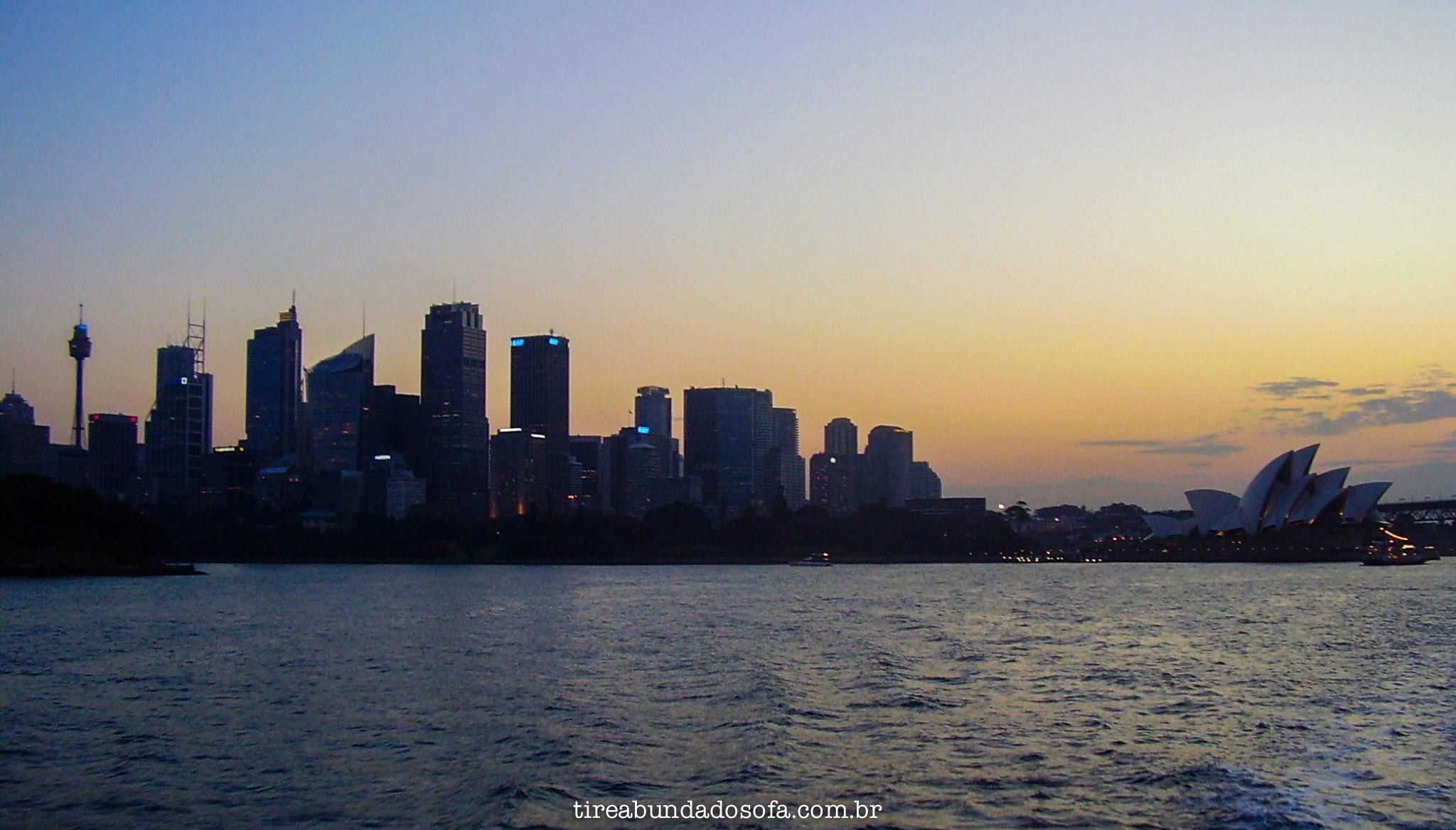 Foto do pôr do sol na Austrália, com o centro da capital ao fundo