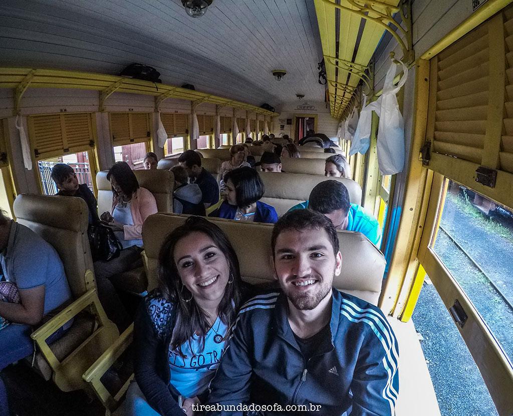 Casal fazendo o passeio de trem em Rio Negrinho