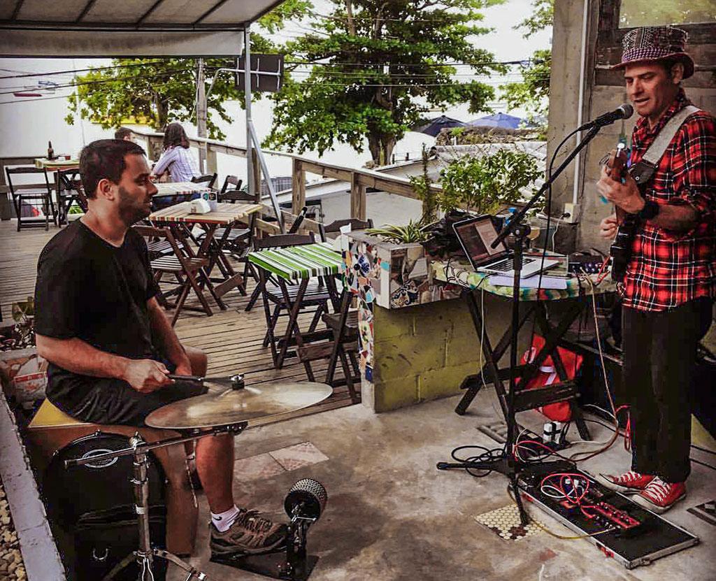 domingo cultural no bar Sambaqui de Santo Antônio de Lisboa, com música ao vivo