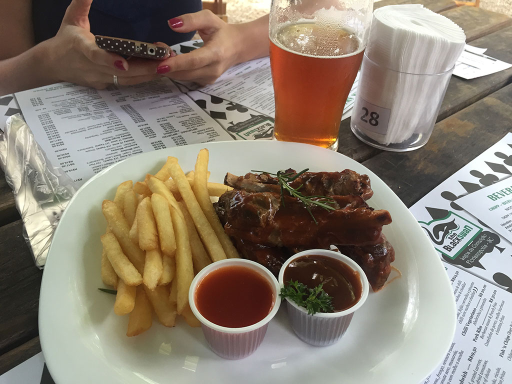 Costelinha barbecue no The Black Swan Pub