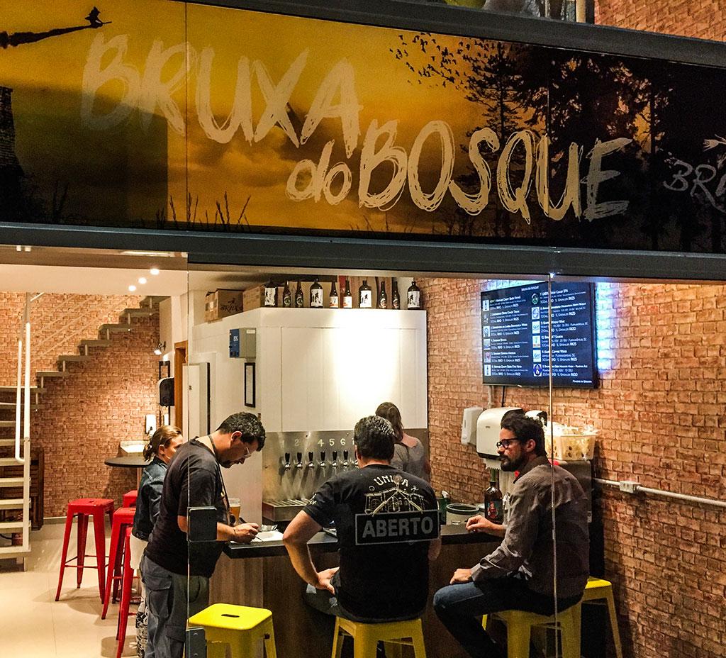 frente do bar Bruxa do Bosque, em Florianópolis