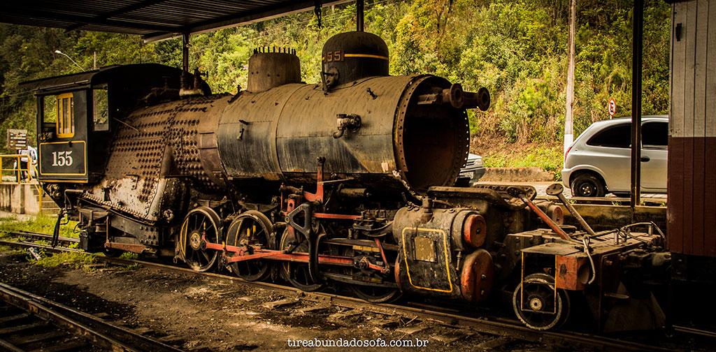 locomotiva antiga, parada na estação de Rio Negrinho