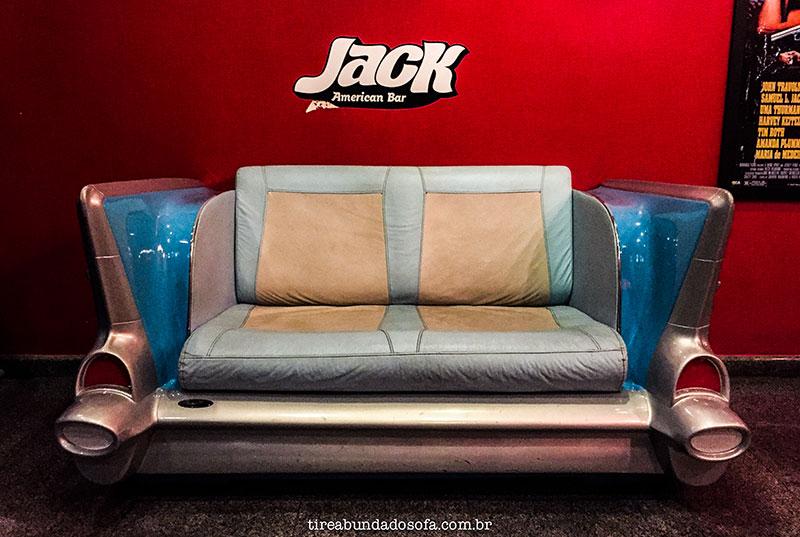 Banco imitando um carro antigo no Jack American Bar