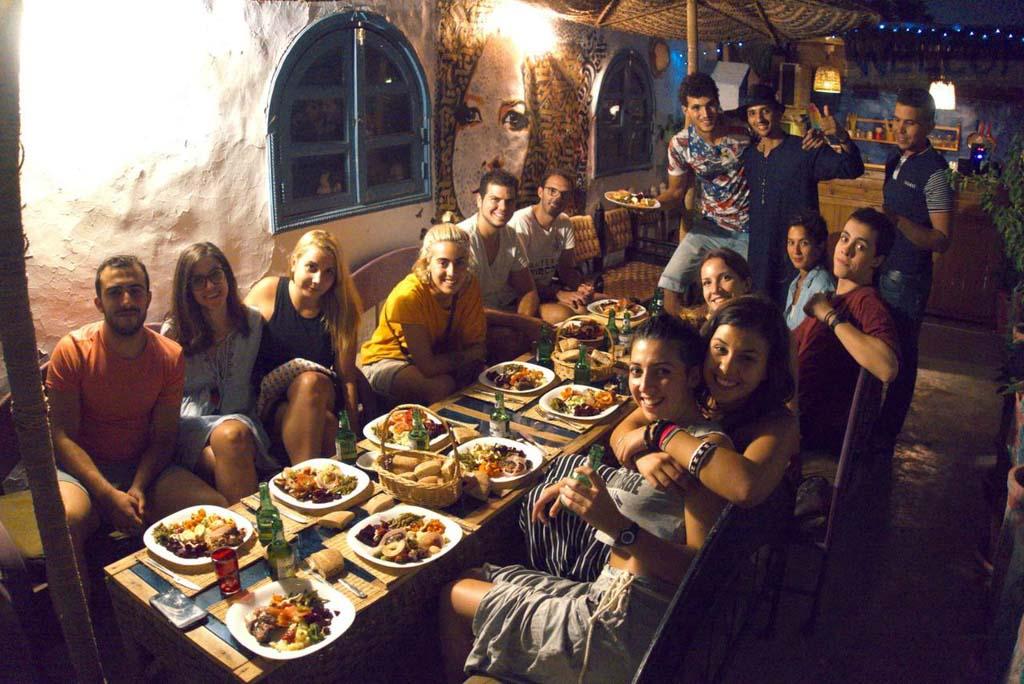 Confraternização no Backpackers Grapevine Hostel, em Marrakech, Marrocos