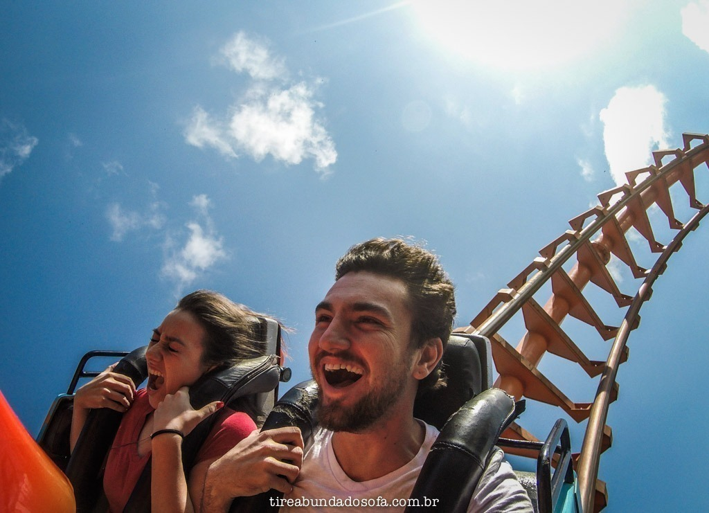 casal na montanha russe do beto carrero world