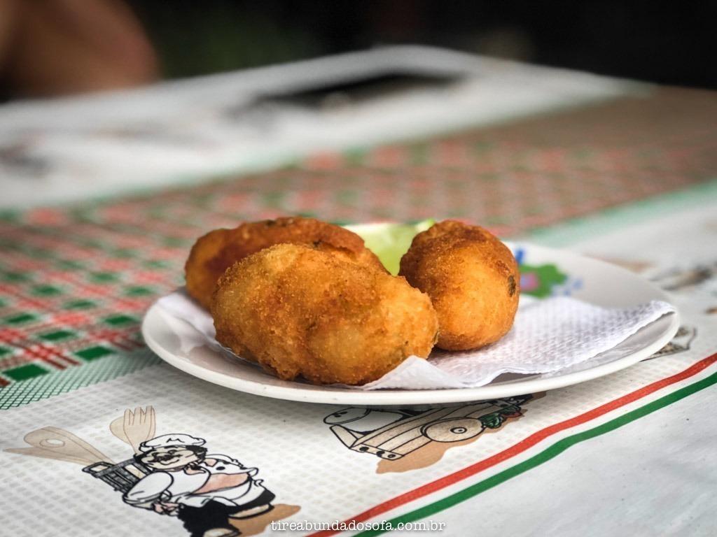 Bolinho de mandioca com ostra, na comunidade do mandira, em cananéia