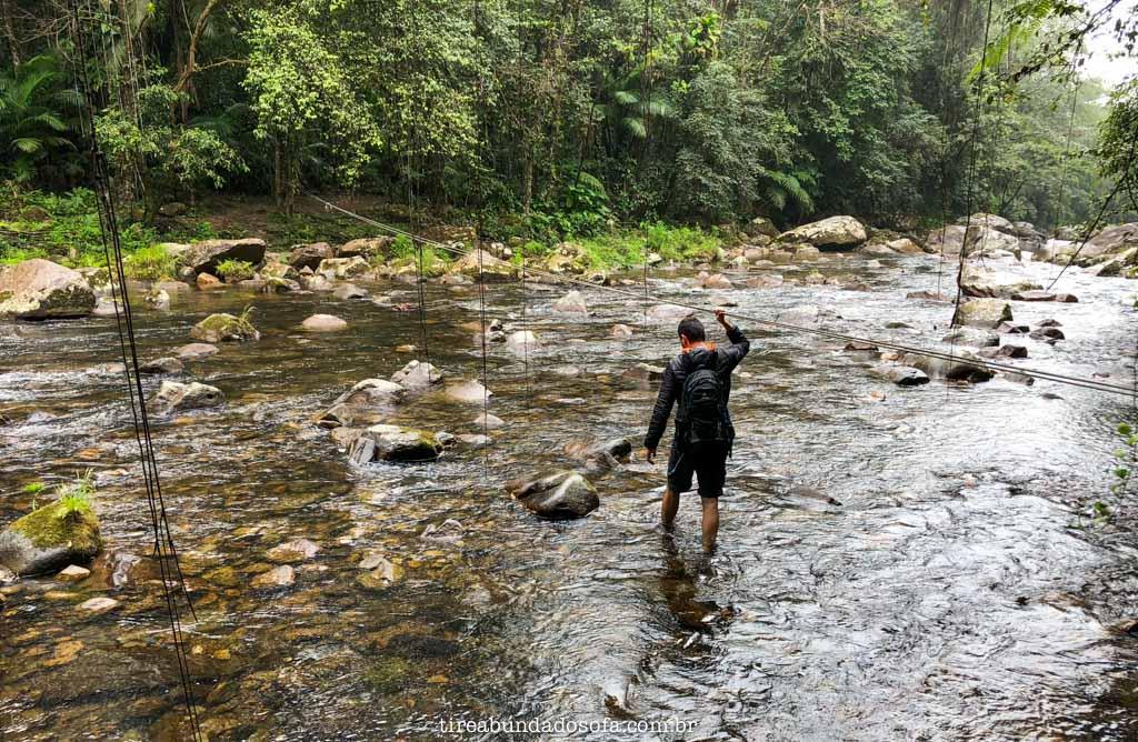 travessia de rio para chegar na cachoeira rio das minas, em cananéia