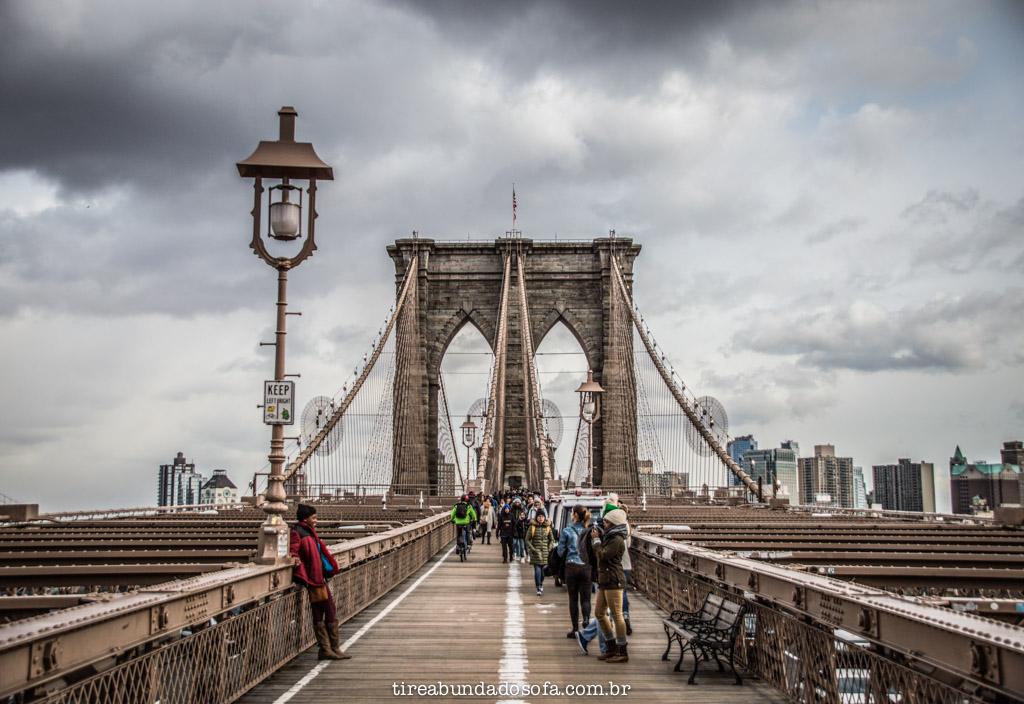 A famosa Brooklyn Bridge, que liga manhattan e brooklyn, em nova york