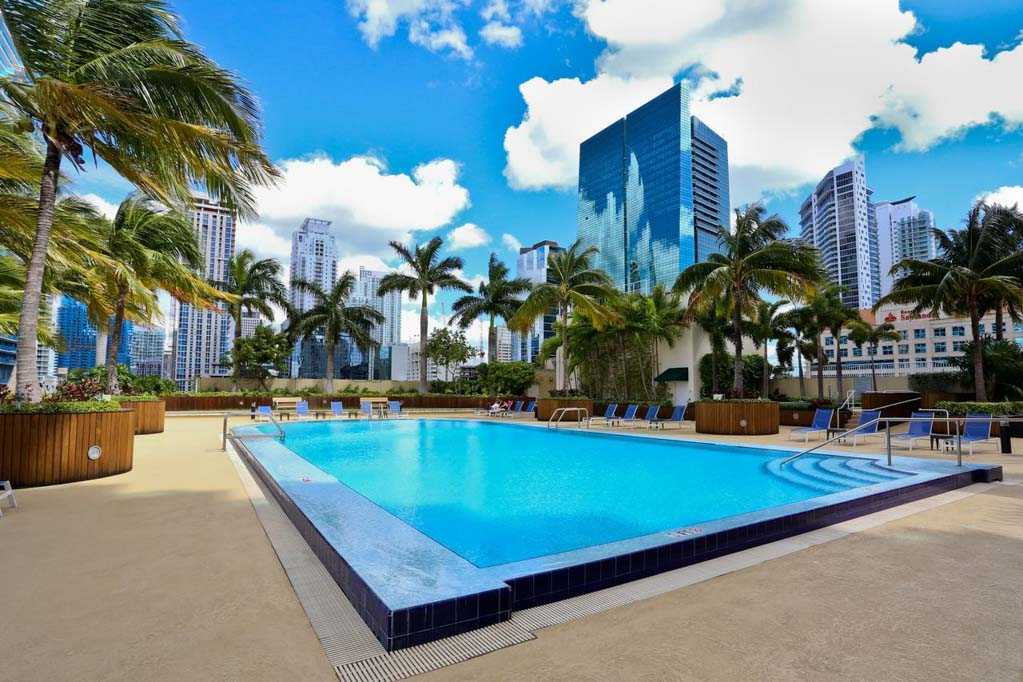 Piscina do One Broadway apartments, apartamento em miami