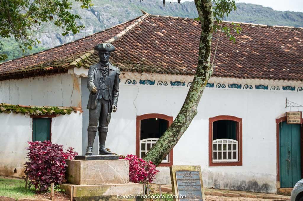 estátua em homenagem a Tiradentes, na cidade de tiradentes, em minas gerais