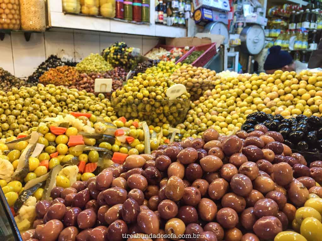 Azeitonas de diversos tipos, em Marrakech, Marrocos