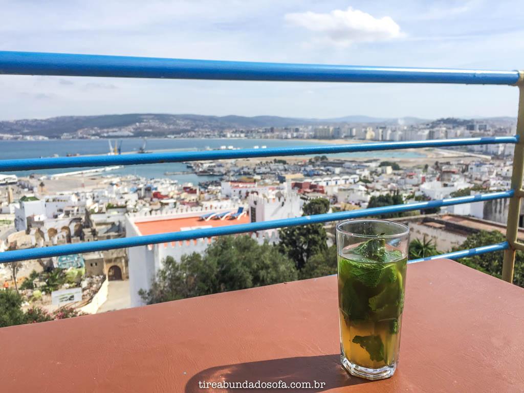 tomando um chá de menta, em tanger, no marrocos